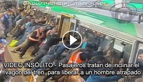 VIDEO INSÓLITO - Pasajeros tratan de inclinar el vagón del tren, para liberar a un hombre atrapado