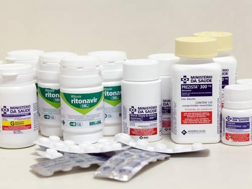 Remédios tomados por um soropositivo em um mês (Foto: Ana Branco)