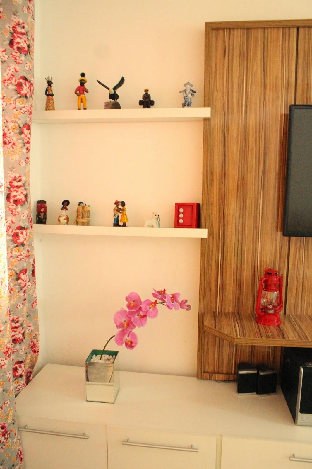 rack para tv com painel, rack branco com painel de madeira