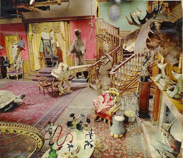 color sala de estar de la Familia Addams