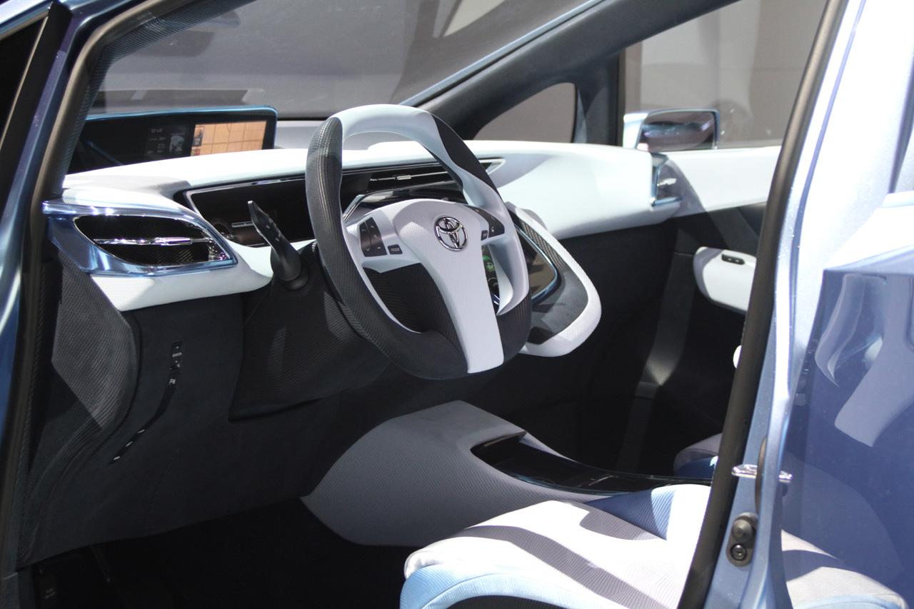Toyota FCV-R Concept: Tokyo 2011 Photos Photos
