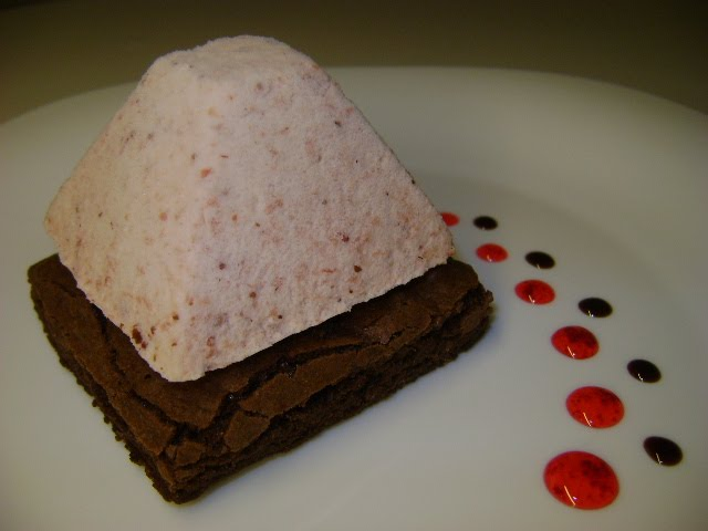 BROWNIE HUMEDO CON MOUSSE DE FRUTILLAS