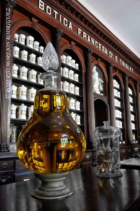 """Fronton u  """"Ojo de boticario"""", en el Museo Farmacéutico Ernesto Triolet, en la ciudad de Matanza, Cuba."""
