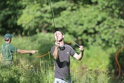 hier nochmal der gleiche Blick. In der Fliegenfischerschule Fabisch geht es darum, dass die Teilnehmer nach dem Kurs die Fehler erkennen und abstellen können