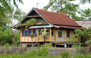 Rumah panggung Sulawesi Selatan (foto getyourguide.com)