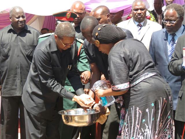 Rais Kikwete akiweka udongo kwenye kaburi la Askofu Dk. Moses Kulola