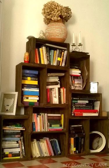 Una libreria fatta con le cassette della frutta.