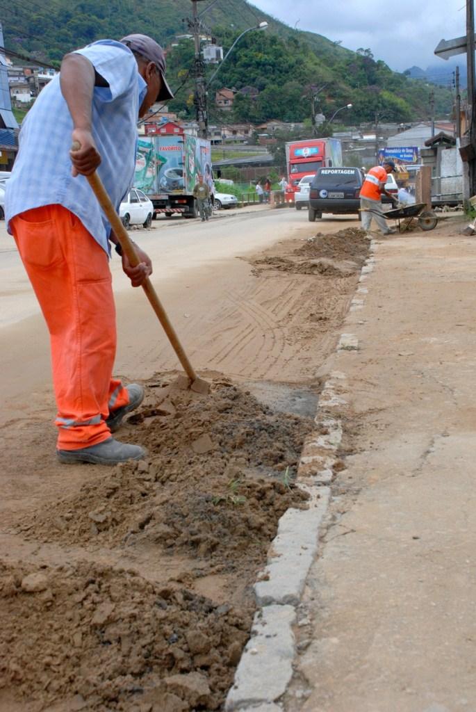 Turmas da Secretaria Municipal de Obras e Serviços Públicos trabalham, desde a noite de sábado, na retirada de areia e entulho acumulados nas ruas depois da chuva