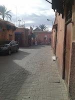 Marche à l'ombre dans la médina de Marrakech