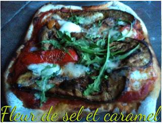 Pizza Aubergines et poivrons marinés, mozzarella, jambon fumé, roquette