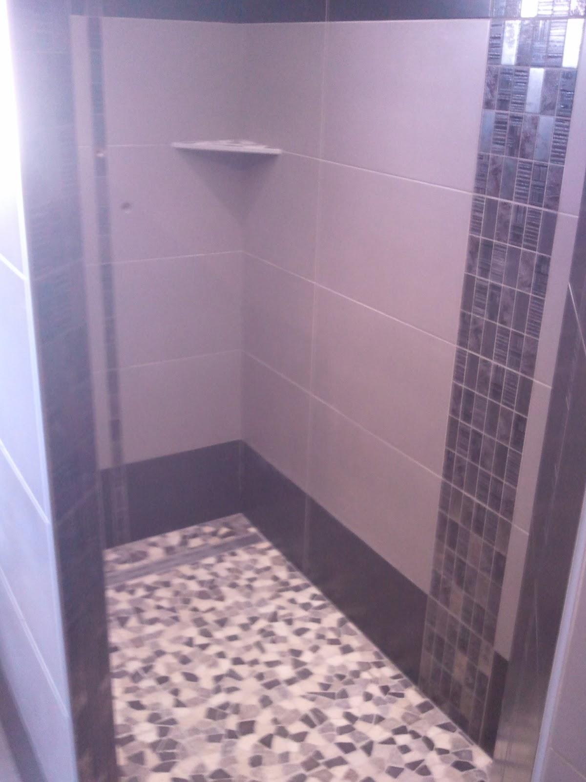 salle de bains noire et grise en c ramique avec d cor vertical. Black Bedroom Furniture Sets. Home Design Ideas