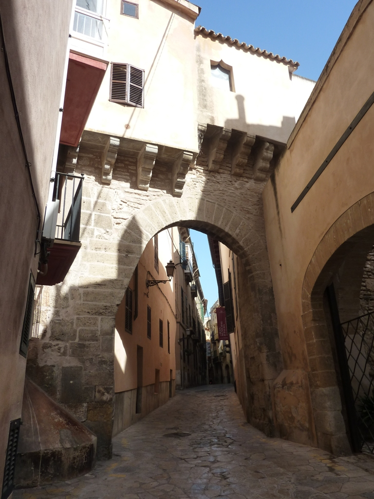 Baños Arabes Mallorca:El arco de la Almudaina y los Baños Árabes