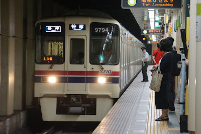 新宿線九段下駅に到着する9000系