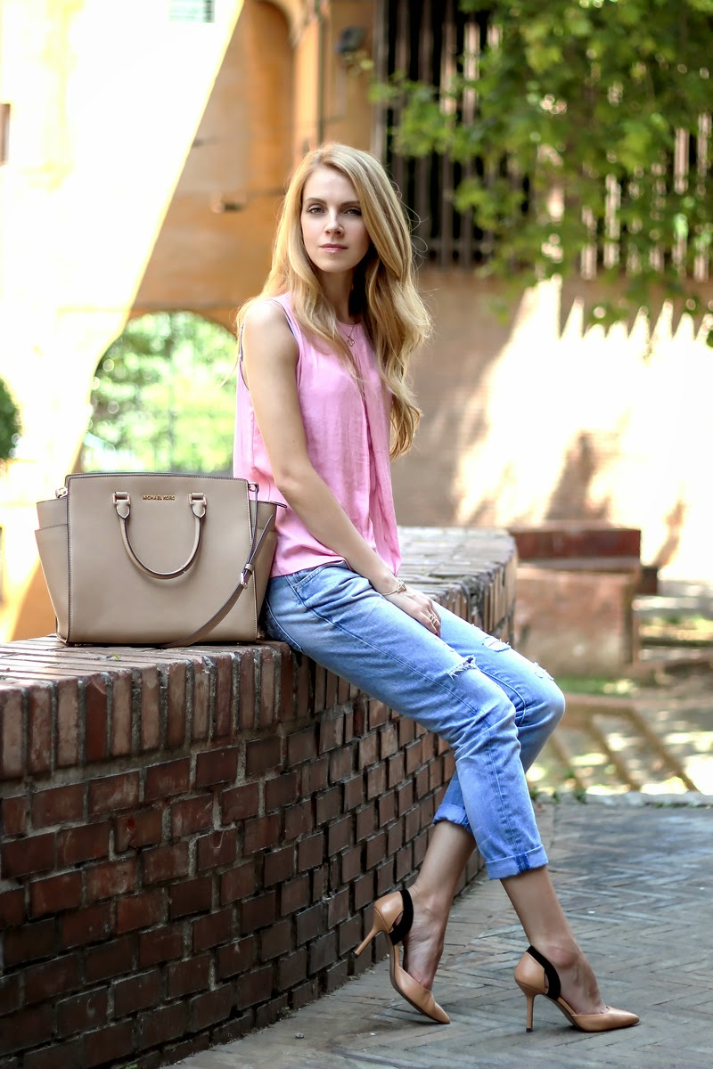 pastel outfit, boyfriend jeans, pink blouse, summer casual look
