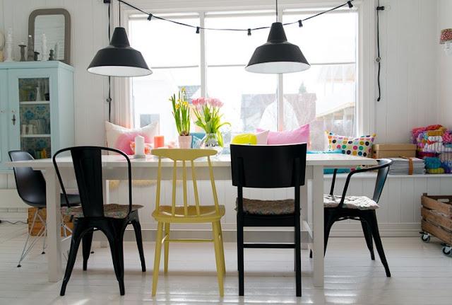 sillas de colores en cocina