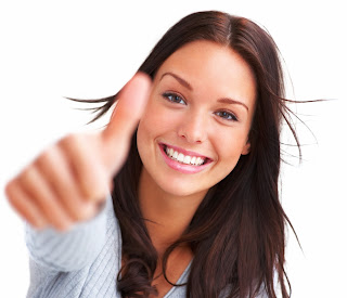 Foto de una muchacha joven feliz con la mano derecha estirada y mostrando el signo de aprobación.