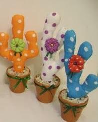 http://un-mundo-manualidades.blogspot.com.es/2013/01/hermosos-souvenirs-cactus-manualidades.html