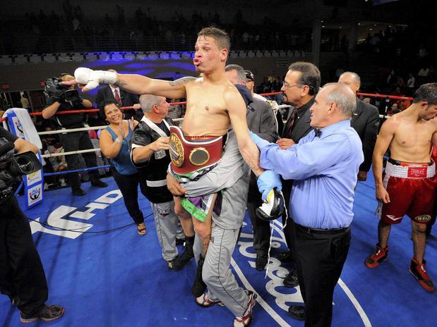 Orlando Cruz comemora a vitória, a primeira desde que assumiu a sua homossexualidade (Foto: AFP)