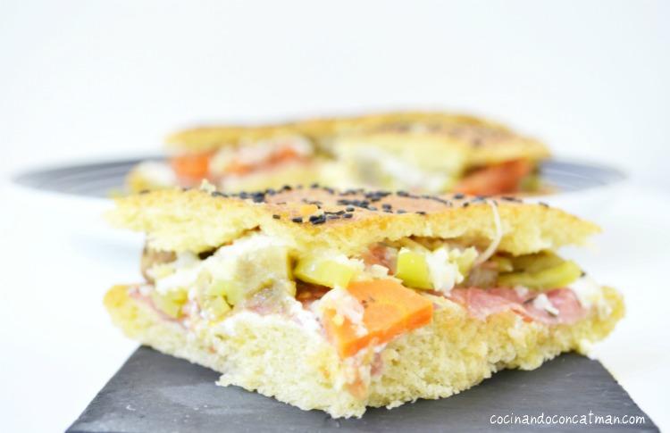 bocadillo de verduras asadas y salami