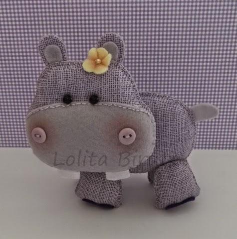 Hipopótamo em feltro e tecido para decoração de quarto de bebê