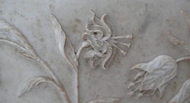 ताजमहल में ॐ की आकृति लिए के फूल