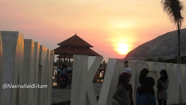 Beberapa pengunjung di Pantai Kartini