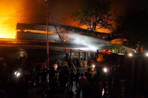Pemadam kebakaran memadamkan api