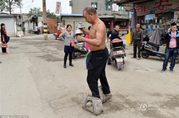 Gambar datuk berjalan sejauh 200 meter guna kasut seberat 72.9kg bersama 2 dumbel 10kg setiap pagi
