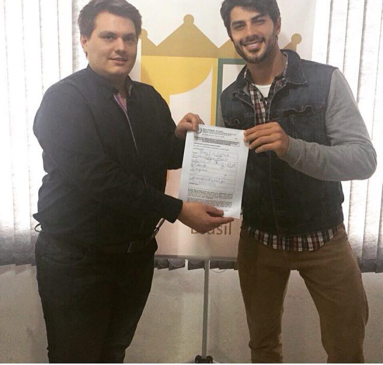 Thiago Michelasi mostra contrato do Mister Brasil assinado por Renan Oliveira. Foto: Divulgação