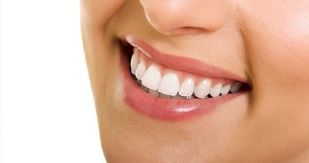 Empat Bahan Alami Bikin Gigi Putih Cemerlang