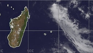Zyklonsaison Südwest-Indik: System 96S bei Madagaskar entwickelt sich - potentiell Tropischer Zyklon ALENGA, 2011, aktuell, Alenga, Indischer Ozean Indik, November, Satellitenbild Satellitenbilder, Zyklonsaison Südwest-Indik,
