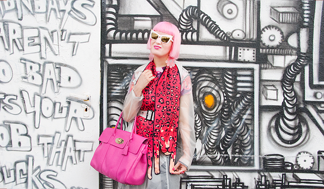 leopard scarf, outfit for rainy day, pink-haired blogger