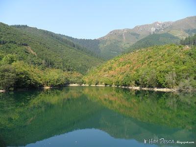 Panorámica de Zollo desde la presa, con el monte Ganekogorta de fondo