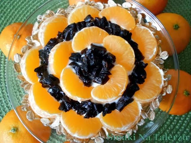 łatwy, szybki, smaczny, soczysty, słodki deser jogurtowy z mandarynkami i śliwkami suszonymi, otrębami i płatkami zbożowymi żytnimi