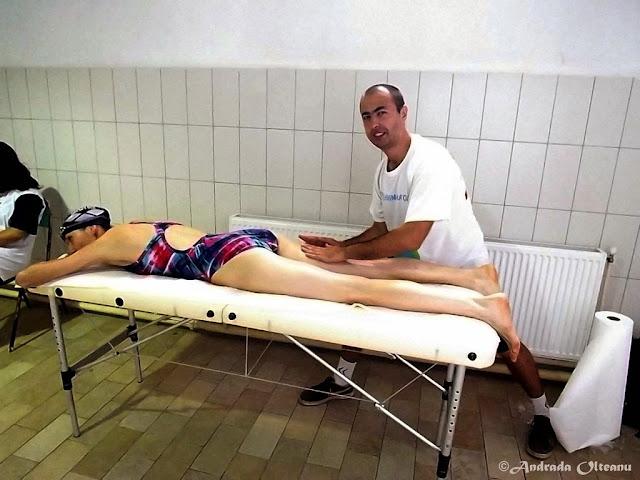 Maseur la Cupa Familiei 2015, eveniment de înot în Timişoara. Masaj de relaxare pentru sportivi după concurs. Florin Chindea masaj