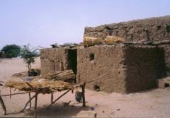 Construcciones de adobe y paja en un poblado que sirve como tapadera de redes de prostitución internacional