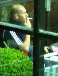 Zidane smoking cigarrete