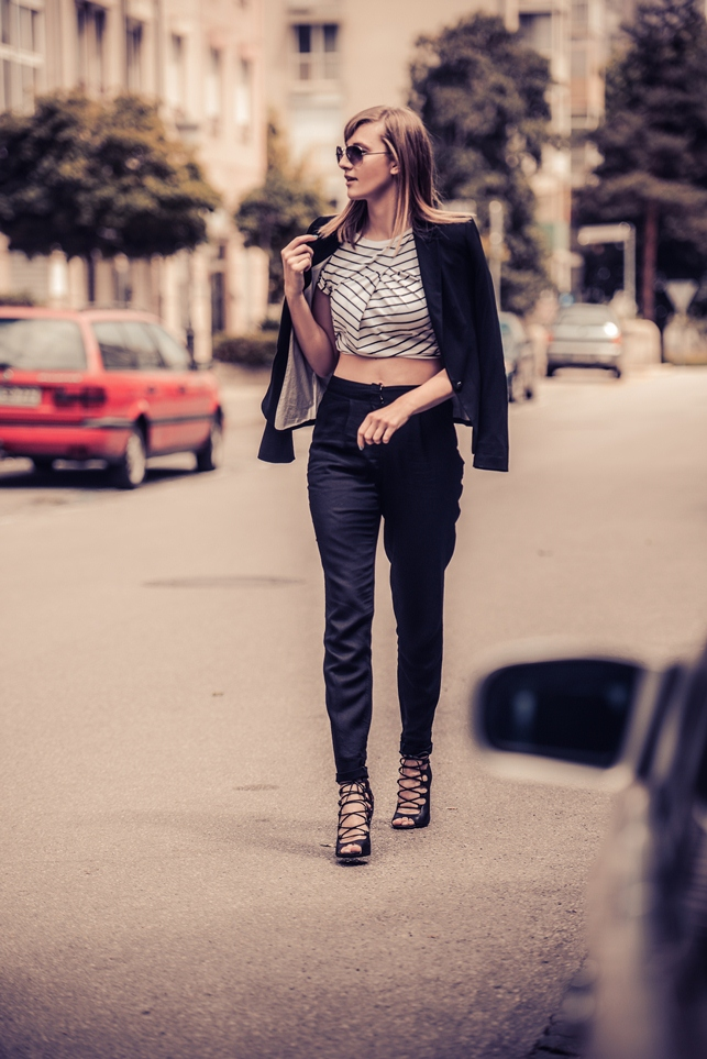 dressign striped shirt, business casual look, crop top draped, peg leg trousers pants, style blogger, fashion blog, black blazer outfit