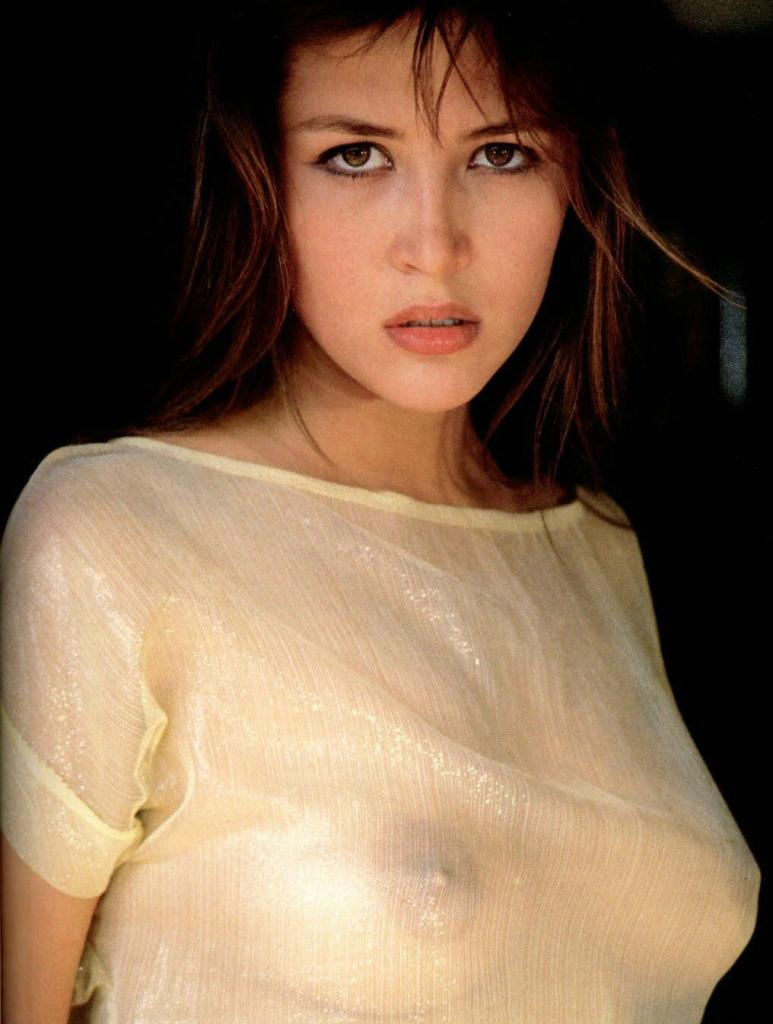 Straight guys, enjoy this super sexy photo of Sophie Marceau.
