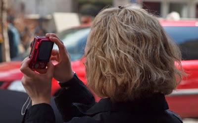 Haciendo una foto con una cámara digital