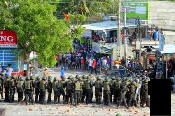 Lực lượng cảnh sát cơ động ngăn người dân quá khích chiều 15/4. Ảnh: Hoàng Trường