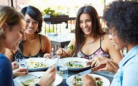 """<img src=""""reunión-de-amigas.jpg"""" alt=""""reunirte con un grupo de amigas con quienes tengas algo en común es una motivación para seguir tu plan para perder peso"""">"""