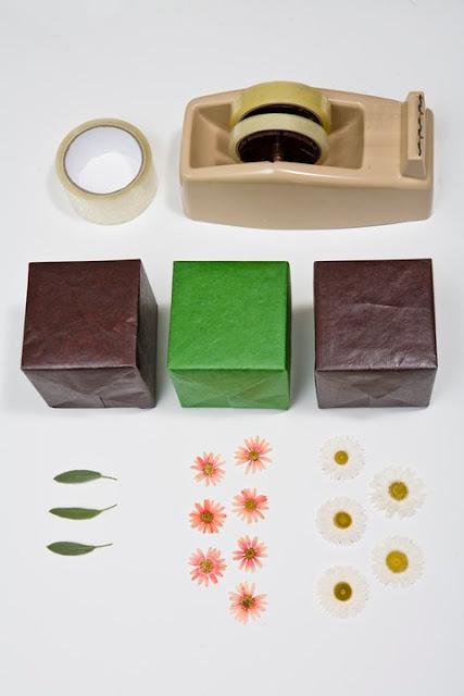 Как упаковать подарок декоративной лентой из живых цветов