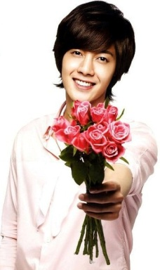 Kim Hyun Joong mostrando un ramo de rosas
