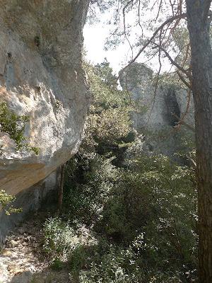 Sender pels cingles de la Cova Llonga