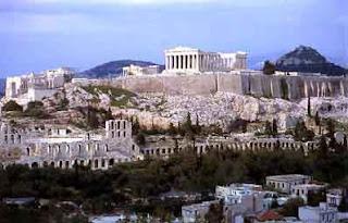 Atenas es una ciudad amplia, moderna con calles metropolitanas llenas de tráfico y movimiento. Sin embargo cuenta con grandes facilidades para recorrer la ciudad siempre concurrida de visitantes.  Que visitar en la ciudad de atenas