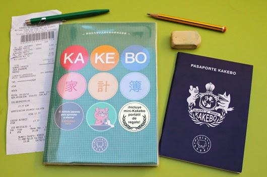 Kakebo y pasaporte sobre mesa