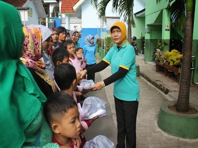 Ratusan Siswa SDN Mekarjaya 30 Terima Seragam Gratis
