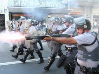 policiais disparam balas de borracha contra manifestantes na Marcha da Maconha