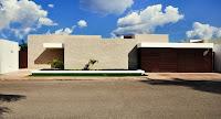 Foto de fachada de casa moderna con muros grandes
